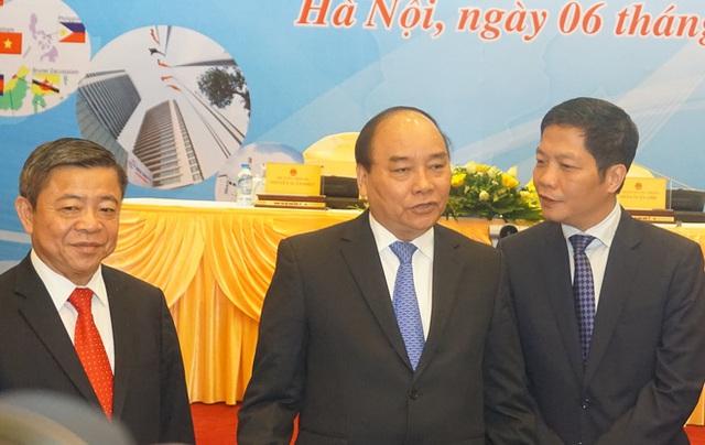 Thủ tướng Nguyễn Xuân Phúc (giữa), Bộ trưởng Công thương Trần Tuấn Anh (phải) tại Hội nghị trực tuyến tổng kết công tác năm 2016 và triển khai nhiệm vụ năm 2017 của ngành Công thương. Ảnh: Duy Minh