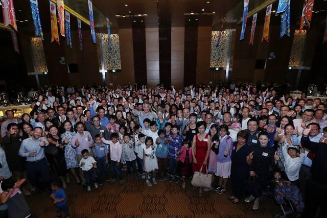 """Thủ tướng Lý Hiển Long chụp ảnh cùng hơn 300 người Singapore tại Thành phố Hồ Chí Minh - nơi trên 900 dự án và 3.000 người Singapore đang sinh sống. """"Không dễ để chuyển tới sống tại nước ngoài nhưng chúng tôi hy vọng tạo ra nhiều cơ hội hơn cho người Singapore ở đây"""", ông Lý viết."""