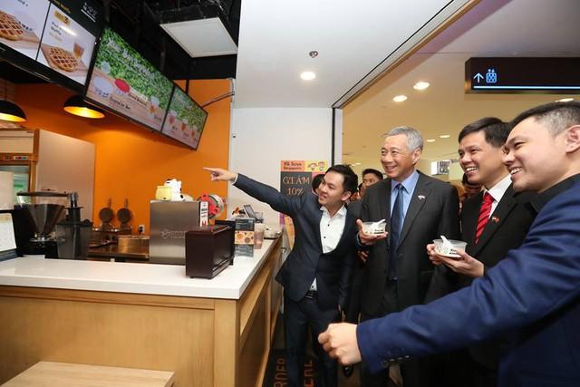 Thủ tướng Lý thăm một cửa hàng mang thương hiệu Singapore ở Thành phố Hồ Chí Minh.