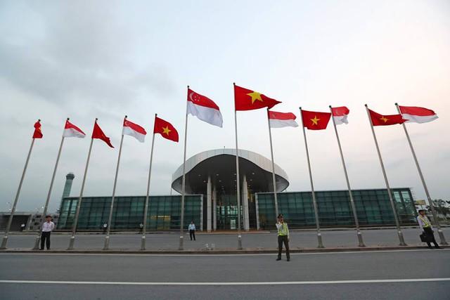 Sau khi công du Thành phố Hồ Chí Minh, phi cơ chở Thủ tướng Lý Hiển Long đáp xuống sân bay Nội Bài, Hà Nội. Quốc kỳ Singapore và Việt Nam tại khu vực đón tiếp của sân bay Nội Bài.