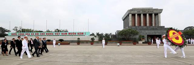 Tại Hà Nội, Thủ tướng Lý Hiển Long đã tới đặt vòng hoa tại lăng Chủ tịch Hồ Chí Minh và Đài tưởng niệm các anh hùng liệt sĩ.