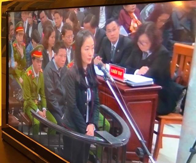 Nhiều bị cáo nữ không cầm được nước mắt khi được hỏi về gia đình (trong ảnh là bị cáo Lê Thị Thu Thủy, nguyên phó tổng giám đốc OceanBank lên trả lời)