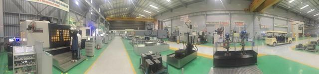 Toàn cảnh bên trong nhà máy sản xuất cơ khí.