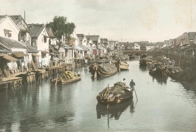 Tokyo phát triển hệ thống kênh rạch đầu thế kỷ 20. Tàu thuyền được sử dụng để vận chuyển hàng hóa tới các kho chứa, bến bãi và nhà máy trong khắp khu vực.