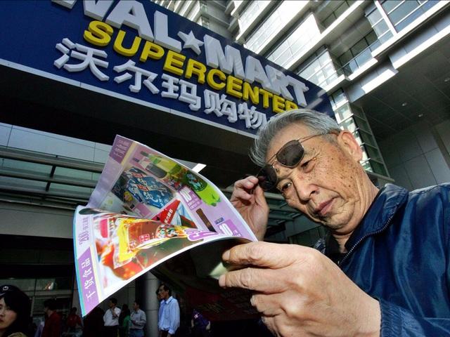 Cửa hàng Walmart đầu tiên được mở tại Trung Quốc năm 1996. Tuy nhiên, thay vì các mặt hàng được xếp gọn gàng với giá niêm yết rõ ràng, tại Walmart Trung Quốc, người ta có thể bắt gặp thùng gạo mở nắp, thủ lợn chất đống hay đám đông chen lấn mua hàng. Văn hóa và thói quen mua sắm của người Trung Quốc đã được Walmart áp dụng vào các siêu thị để phục vụ khách hàng.