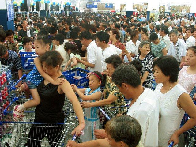 Giống nhiều nơi khác, Walmart Trung Quốc cũng thường xuyên rơi vào tình trạng đông nghẹt khách hàng bởi dân số tập trung quá cao ở các đô thị, nơi những cửa hàng được mở.