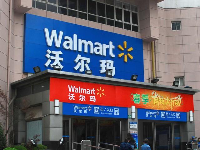 Bên ngoài, Walmart Trung Quốc cũng được thiết kế như những cửa hàng khác trên thế giới, cùng màu sắc và logo đặc trưng.