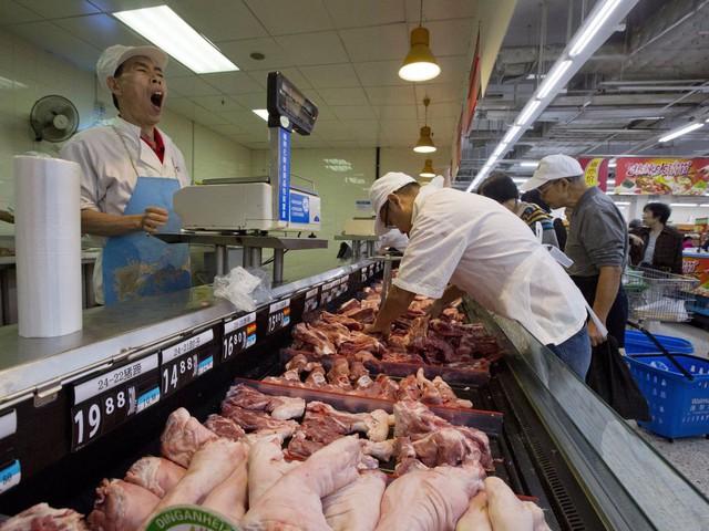 Tuy nhiên, bên trong lại là sự khác biệt. Do khách hàng Trung Quốc muốn tận tay sờ vào thực phẩm trước khi mua nên nhiều loại, trong đó có thịt, chỉ được đóng gói sau khi khách đã chọn.