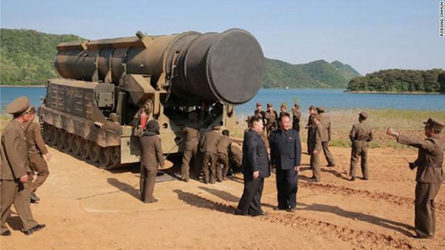 Phía Triều Tiên tuyên bố, vụ thử tên lửa diễn ra dưới sự giám sát của Nhà lãnh đạo Kim Jong Un. Tên lửa được phóng thử hôm 21/5 là Pukguksong-2, sử dụng nhiên liệu rắn. Ngoài phiên bản phóng trên đất liền, Pukguksong-2 còn có phiên bản được phóng từ tàu ngầm. Nhà lãnh đạo Kim Jong Un có mặt tại khu vực phóng tên lửa.