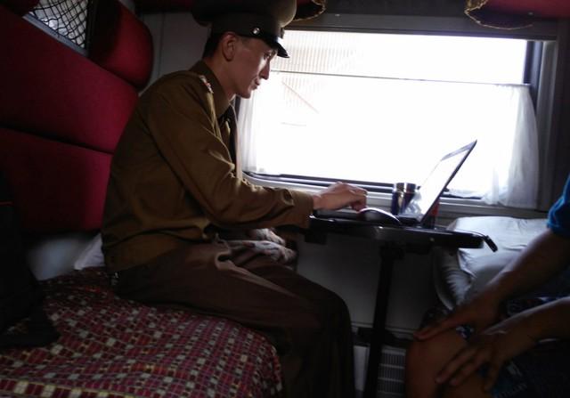Một nhân viên trên tàu kiểm tra các thiết bị của Chu nhằm đảo bảo hệ thống định vị toàn cầu đã được tắt. Máy tính, máy ảnh cũng bị kiểm tra kỹ lưỡng ngoại trừ chiếc MacBook.