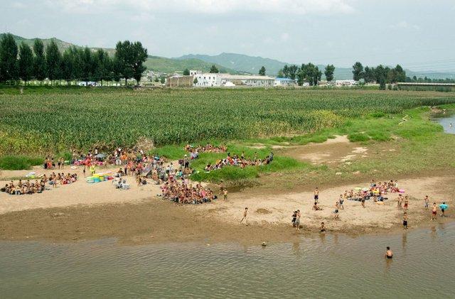 Trẻ con rủ nhau ra sông tắm trong một buổi chiều oi ả.
