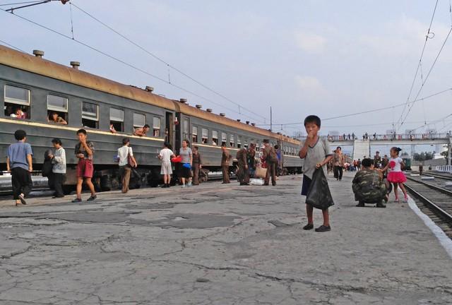Khung cảnh sân ga ở Hamhung khi đoàn tàu dừng bánh.