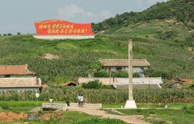 Sở dĩ, những bức ảnh được Chu chụp bằng điện thoại bởi người dân Triều Tiên không thoải mái với những chiếc máy ảnh. Họ tỏ ra rất dè chừng.