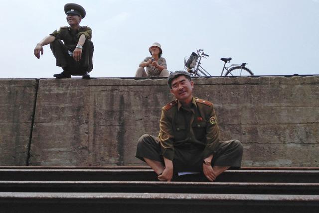 Phần lớn du khách Trung Quốc tới Triều Tiên bằng tàu hoặc máy bay. Tuy nhiên, Xiaolu Chu chọn cách đi tới Nga trước khi vào Triều Tiên. Hành trình đặc biệt cho phép ông thăm thú vùng Tumangang trước khi xuôi về Bình Nhưỡng bằng tàu hỏa.