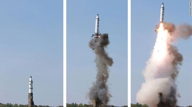 Tên lửa Pukguksong-2 rời bệ phóng. Theo KCNA, nhà lãnh đạo Kim Jong Un bày tỏ sự tự hào khi tên lửa đáp ứng được các yêu cầu đồng thời khẳng định đây là vũ khí chiến lược thành công. Ông Kim Jong Un cũng đã chấp nhận để quân đội Triều Tiên triển khai loại vũ khí này.