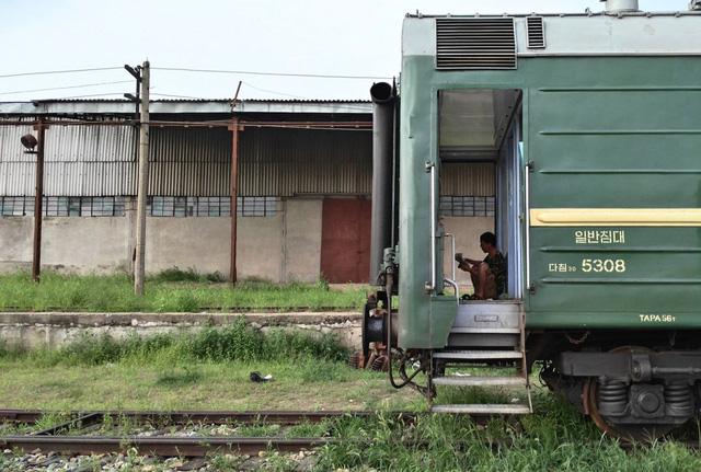 Trên hành trình về Bình Nhưỡng, chuyến tàu bị hoãn vào ngày cuối vì những căng thẳng giữa Triều Tiên và quốc gia láng giềng Hàn Quốc.