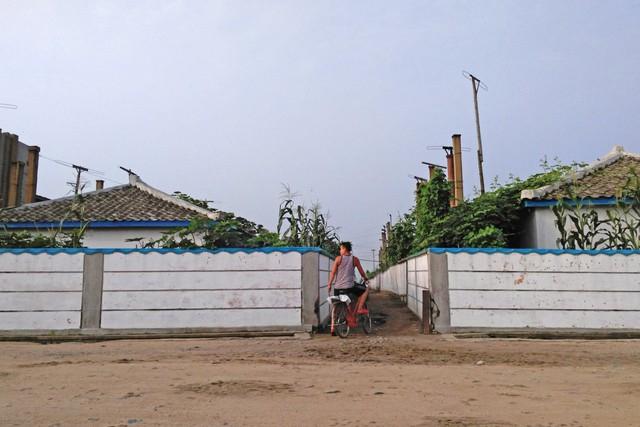 Sự việc giúp Chu có thêm thời gian thăm thú ngôi làng nơi đoàn tàu dừng lại giữa lộ trình. Từ đây, những hình ảnh độc đáo về cuộc sống đời thường ở Triều Tiên được ghi lại.