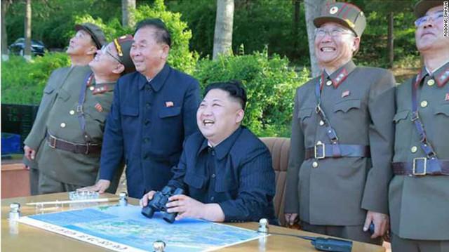 Hình ảnh nhà lãnh đạo Kim Jong Un và các quan chức Triều Tiên thỏa mãn khi nhìn tên lửa rời bệ phóng và bay vào quỹ đạo trái đất. Những thành công liên tiếp trong lĩnh vực tên lửa đạn đạo vào hạt nhân cho thấy quyết tâm của Bình Nhưỡng bất chấp những lệnh cấm vận của Liên Hợp Quốc.