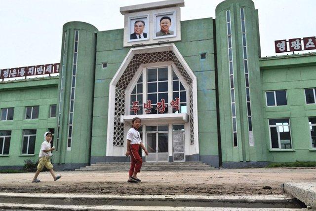 Bức ảnh hai lãnh đạo quá cố của Triều Tiên được đặt ở vị trí trang trọng nhất.