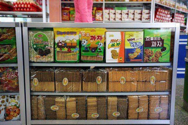 Các cửa hàng của Triều Tiên bán đầy đủ các loại sản phẩm, đủ phục vụ nhu cầu thiết yếu của người dân. Tuy nhiên, hàng hóa không thực sự đa dạng bởi những rào cản thương mại mà thế giới áp đặt với Triều Tiên vì chương trình hạt nhân và tên lửa của quốc gia này.
