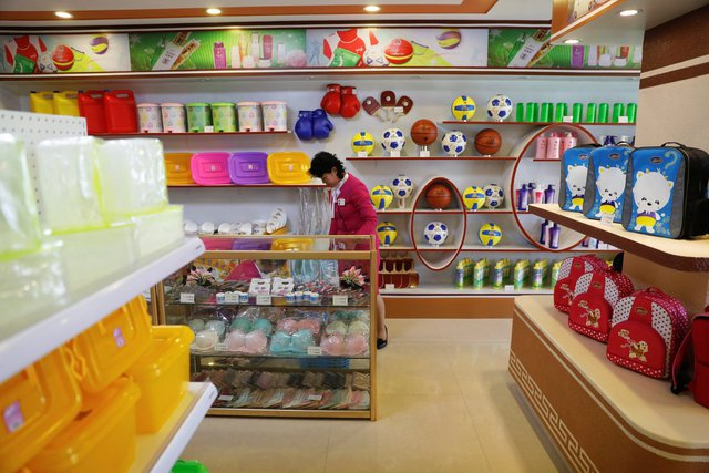 """Một thương gia Đông Nam Á giấu tên cho biết: """"Người Triều Tiên ngày càng không muốn sử dụng các sản phẩm Trung Quốc vì họ nghĩ chúng kém chất lượng"""". Tuy nhiên, lệnh cấm vận quốc tế khiến hàng hóa nước ngoài khó có cơ hội vào Triều Tiên."""