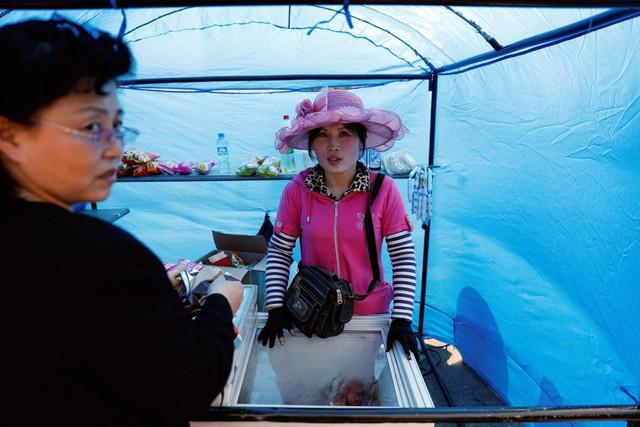 Ở Triều Tiên, có có những tiểu thương hoạt động trong vùng xám, nằm giữa sự kiểm soát của nhà nước với kinh tế tư nhân.