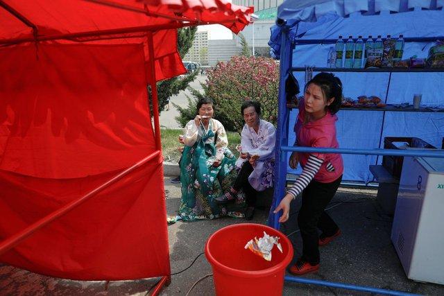 Những người phụ nữ ăn kem bên ngoài một quầy hàng nhỏ ở thủ đô Bình Nhưỡng.