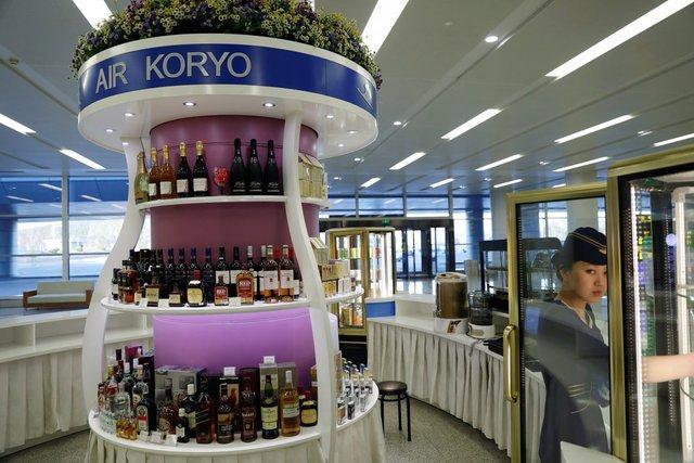 Quầy đồ uống của Hãng hàng không Air Koryo ở sân bay Bình Nhưỡng. Đây là hãng hàng không quốc doanh và cũng là hãng hàng không duy nhất ở Triều Tiên.