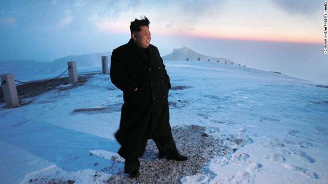 Nhà lãnh đạo Kim Jong Un đứng trên ngọn núi Paektu lúc mặt trời mọc. Ảnh: KCNA