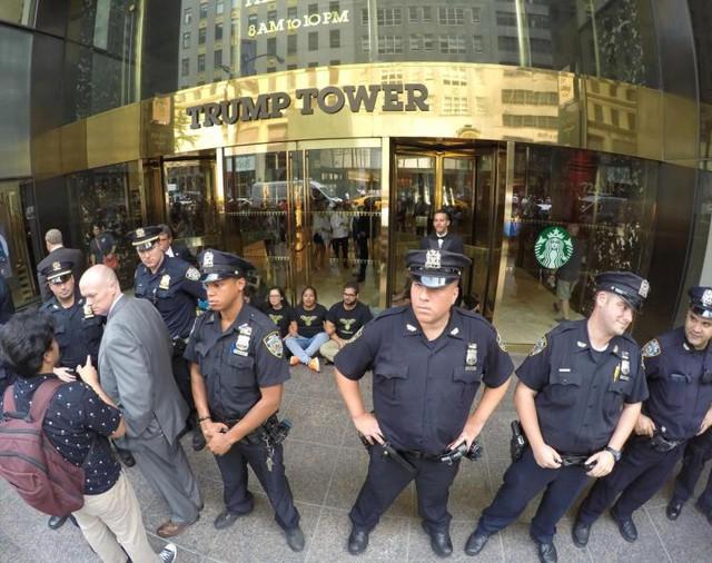 Cảnh sát đảm bảo an ninh bên ngoài tháp Trump ở New York.
