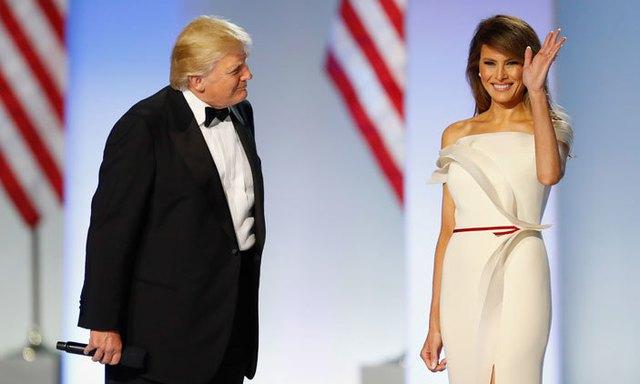 Chiếc váy được thiết kế bởi Herve Pierre. Những chi tiết ngực áo, thắt lưng đơn giản nhưng tinh tế, làm toát lên vẻ đẹp của Tân phu nhân Tổng thống.