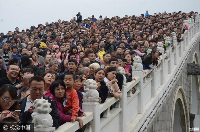 Trung Quốc vừa trải qua đợt nghỉ lễ dài trong năm nên không khó để tìm kiếm những hình ảnh đi đến đâu cũng là người như thế này. (Nguồn: 163)