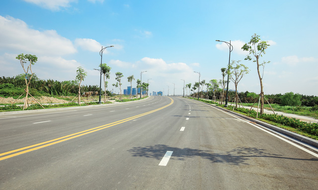 Hiện, mới chỉ có cầu Thủ Thiêm 1 nối quận Bình Thạnh với quận 2 được hoàn thành từ năm 2007 với 6 làn xe. Theo quy hoạch, sẽ có thêm cầu Thủ Thiêm 2,3,4 bắc qua sông Sài Gòn. Ngoài ra còn có một cầu đi bộ nối quận 1 với khu đô thị mới này.
