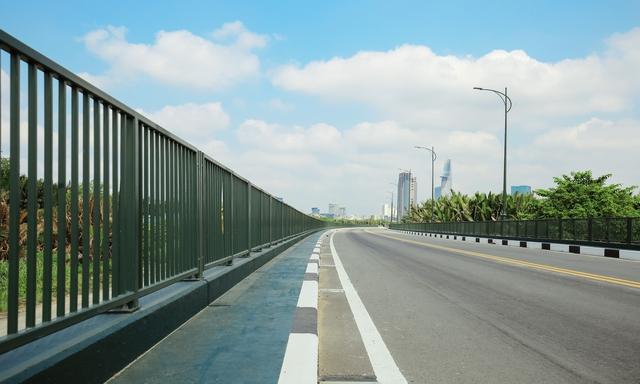 Nhiều cây cầu quy mô nhỏ hơn bên trong khu Thủ Thiêm cũng được đầu tư khang trang.