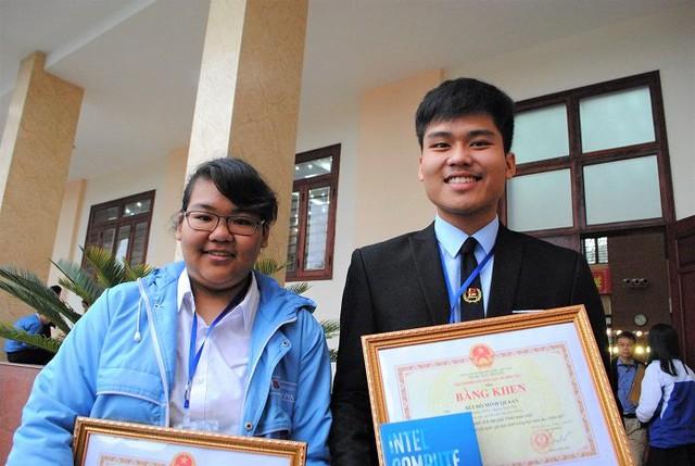 Đỗ Phương Mai và Bùi Đỗ Minh Quân (học sinh Trường THPT Chuyên Trần Phú, Hải Phòng) đạt giải Nhất cuộc thi Khoa học kỹ thuật cấp quốc gia dành cho học sinh trung học năm học 2016 - 2017 (Ảnh: Thanh Hùng)
