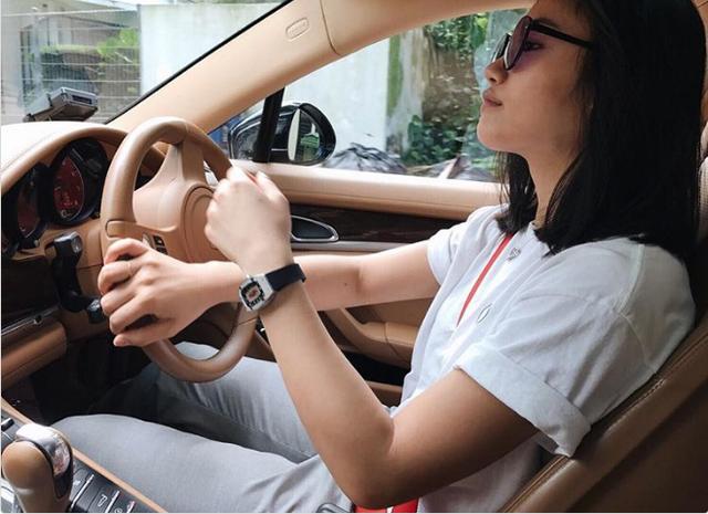 Một tiểu thư nhà giàu tự tin, thoải mái khi lái siêu xe của mình. Trên tay cô là chiếc Richard Mille - dòng đồng hồ xa xỉ bậc nhất thế giới.