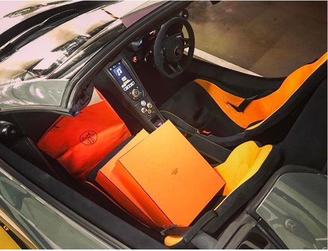 Một cậu ấm khoe rằng, ông già Noel đã để quên những thứ này trong chiếc xe McLaren 675LT Spider của mình. Đó là những món đồ của thương hiệu Hermes.