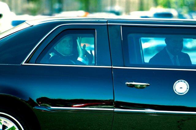 Vợ chồng Phó Tổng thống Mỹ đến lễ cưới bằng một chiếc limousine.