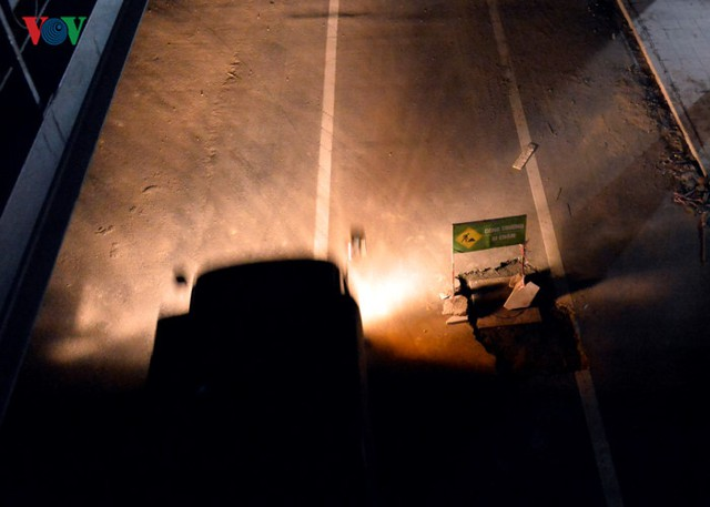 Một số hố công trình thi công dang dở mọc ngay giữa đường, rất khó quan sát vào buổi tối.