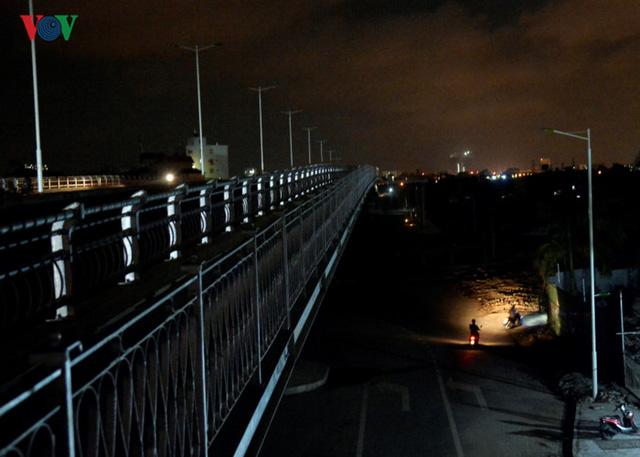 Theo người dân ở đây, trên đoạn đường không có hệ thống đèn chiếu sáng buổi tối đã xảy ra ít nhất 2 vụ tai nạn giao thông. Rất may chưa có thiệt hại về người.