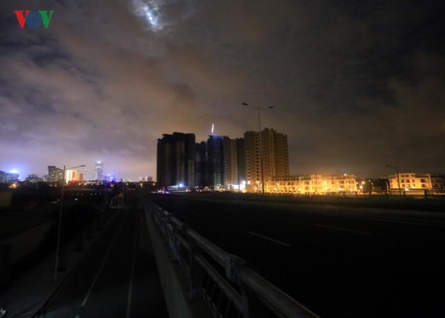 Cả một đoạn đường dài, tính cả hệ thống cầu vượt trên cao không chút ánh đèn chiếu sáng khi trời tối.