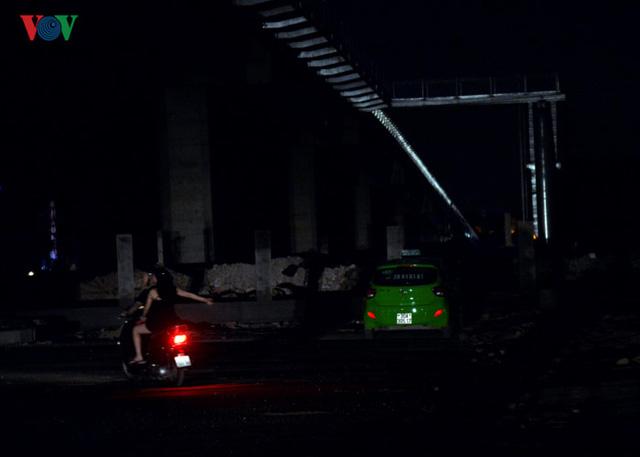 Người đi đường chủ yếu sử dụng đèn của phương tiện để chiếu sáng.