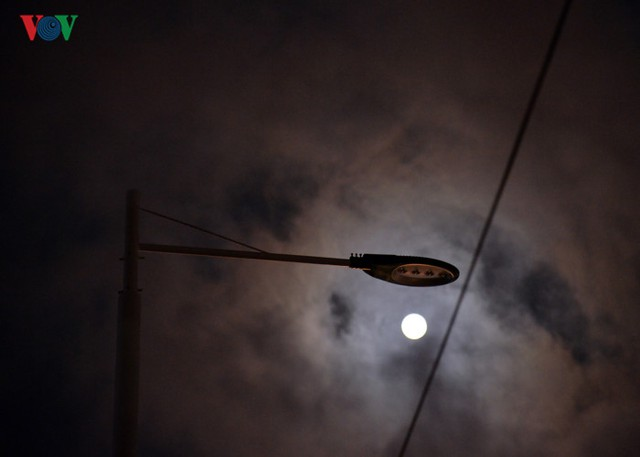 Những cột đèn không sáng...