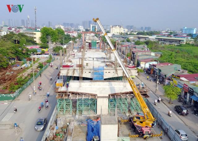 """Công trình bị gọi là """"dự án rùa thập kỷ"""" có chiều dài khoảng 12,5 km chạy dọc quốc lộ 32 từ Nhổn qua các đoạn đường Hồ Tùng Mậu – Cầu Giấy – Kim Mã – Núi Trúc – Cát Linh – Trần Quý Cáp và kết thúc ở ga Hà Nội."""