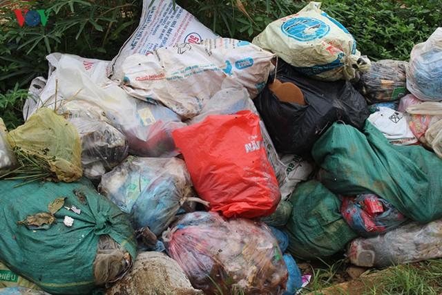 Rác thải sinh hoạt của người dân không được thu gom, chất đống bên lề đường, gây ô nhiễm môi trường.