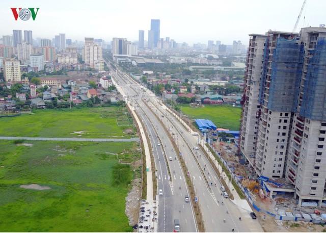 Dự án đường Trần Hữu Dực được khởi công xây dựng từ ngày 15/2/2009 có tổng chiều dài 3,5km, tổng mức đầu tư là 1.543 tỷ đồng đã được thông xe toàn tuyến vào ngày 28/4/2017.