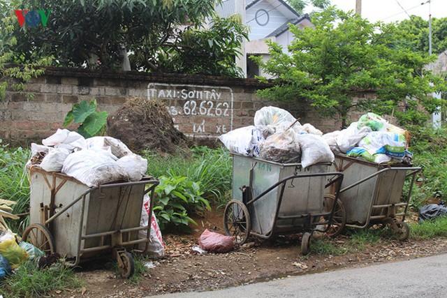 Tình trạng rác thải sinh hoạt tồn đọng xuất hiện tràn lan trên các ngõ, phố khiến người dân hết sức bức xúc.