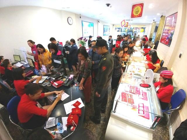 Tại chi nhánh DOJI Xã Đàn, những vị khách đang chờ mua vàng đầu năm.