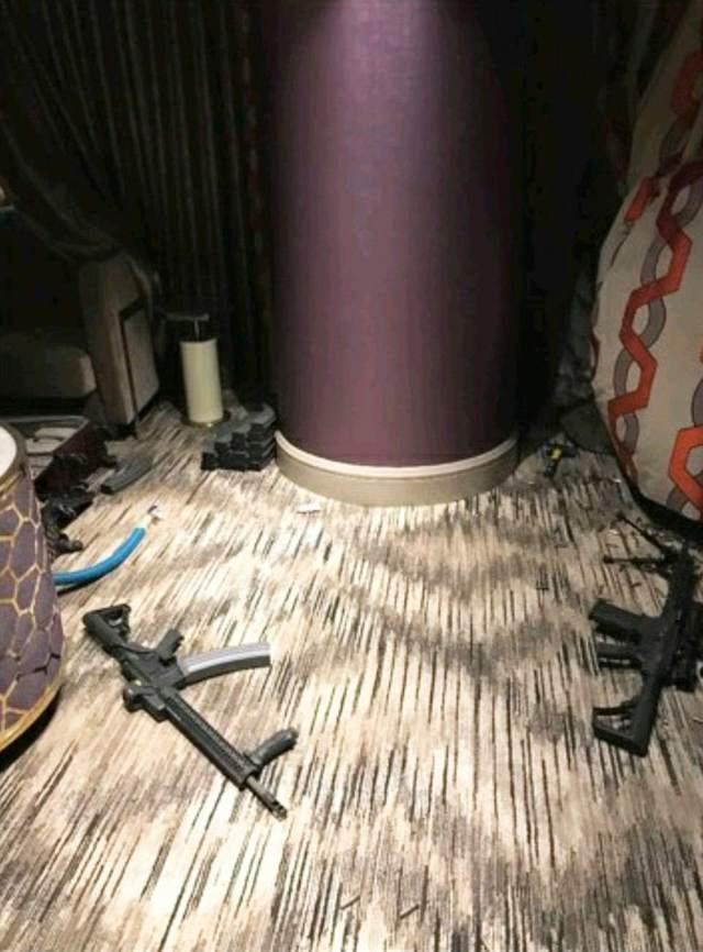 Thậm chí, một số khẩu súng còn được trang bị kính ngắm quang học cùng giá đỡ, giúp tăng khả năng bắn chính xác ở khoảng cách xa. Vỏ đạn và súng nằm khắp phòng cho thấy kẻ xả súng đã dùng nhiều loại vũ khí để bắn vào đám đông, làm 59 người thiệt mạng và hơn 500 người khác bị thương.