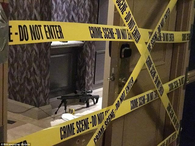 Cảnh sát đã niêm phong căn phòng khách sạn, nơi nghi can Paddock sử dụng để gây ra vụ thảm sát. Dù đã thu thập được nhiều chứng cứ nhưng động cơ đằng sau vụ xả súng vẫn chưa được làm sáng tỏ.